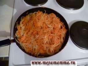 Морковь натереть на терке и добавить к луку. Тушим 10-15 минут.