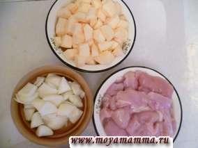 Кабачок очистить, вырезать серединку и нарезать кусочками,лук очистить и нарезать кусочками, филе курицы порезать кусочками.