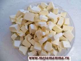 Сливочное масло режем на небольшие кусочки