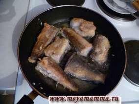 Разогреть сковороду, слегка обжарить рыбу в растительном масле с обеих сторон до золотистого цвета.