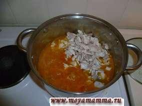 Добавляем курицу к овощам.Подливаем немного куриного бульона, чтобы было не густо и не жидко. Перемешиваем.Ждем закипания.