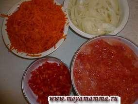 Морковь натереть на терке, лук нарезать полукольцами, перец нарезать на мелкие кусочки, помидоры разрезать пополам и натереть на крупной терке (кожуру выкинуть).