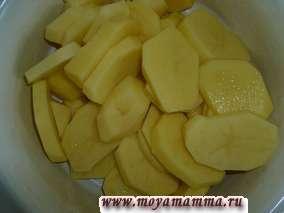 Курица с картофелем в сметане. Картофель почистить, нарезать кружочками, посолить
