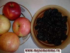 Приготовим начинку для булочек. Яблоки с черносливом помыть.