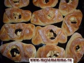 В предварительно разогретую духовку до 240-250 градусов ставим булочки и выпекаем до того момента как булочки зарумянятся.