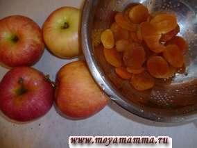 Приготовим начинку для булочек. Яблоки с курагой помыть.