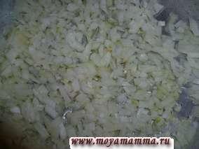 На растительном масле пассеруем репчатый лук 5 мин