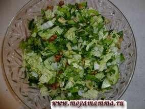 Постный салат из зелени,пекинской капусты с авокадо и грецким орехом