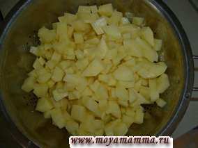 Очищенный картофель порезать на кубики и уложить в кастрюлю.