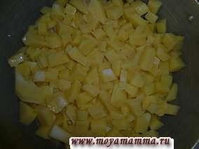 Залить молоком до уровня немного ниже, чем картофель. Доводим до кипения и варим картофель в молоке на среднем огне. Добавить соль и черный перец по вкусу.