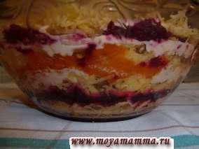 Слоеный салат из моркови, свеклы, сыра и грецкого ореха