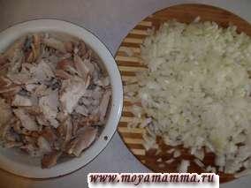 Отвариваем курицу (после закипания варим 25-30 минут). Бульон оставляем. Курицу разделываем на филе и режем на небольшие кусочки. Лук порезать на мелкие кусочки.