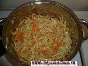 Добавляем к луку капусту с морковью, тушим. Если нужно, то подливаем растительное масло. Можно добавить немного куриного бульона.