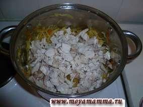 Тушеная капуста с курицей. Через 25-30 минут тушения капусты добавляем мясо курицы.