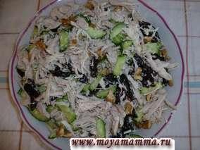 Салат из отварной курицы с черносливом