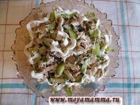 Салат из отварной курицы с черносливом, грецким орехом и свежим огурцом