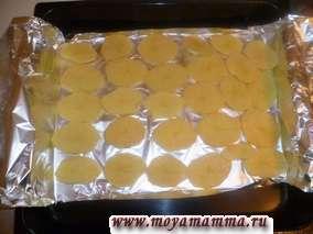 На лист для запекания укладываем фольгу. на фольгу раскладываем картофель, отступая от края 1,5 см.