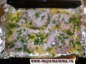 Курица запеченная с картофелем в фольге. Посыпаем курицу тертым сыром и зеленью.