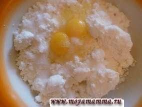 Приготовим начинку. В творог разбиваем два яйца, добавляем соль и сахар, сметану. Все тщательно вымешиваем, чтобы не было комочков.