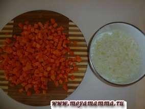 Морковь нарезать кубиками, лук- небольшими кусочками