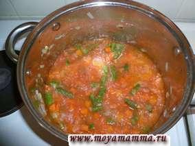 Затем добавляем тертые помидоры. После закипания добавляем соль, перец по вкусу, пропускаем чеснок через чеснокодавку.