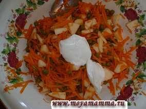 Салат из моркови с яблоком и горошком со сметаной