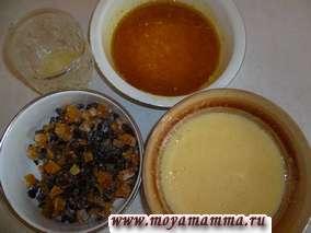 Растопить сливочное масло и добавить в него шафран, мускатный орех- перемешать. Натереть с апельсина цедру и добавить к пряностям в растопленное сливочное масло.