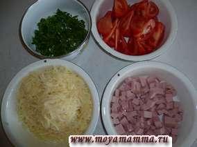Листья петрушки мелко порезать, помидоры порезать ломтиками, колбасу нарезать на кубики, сыр на тереть на крупной терке.