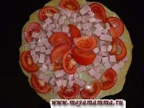 Затем раскладываем ломтики помидоров. Посолим и поперчим по вкусу.