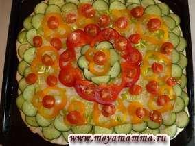 Далее сверху раскладываем помидоры и маслины. Рецепт пиццы с овощами