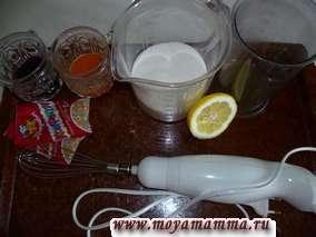 Готовим глазурь. В белок добавляем сок 1/5 лимона.