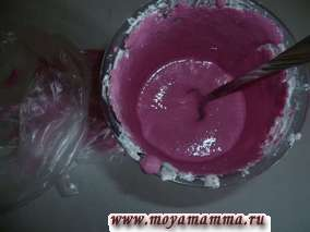 Розовую глазурь перекладываем в кулек с отверстием
