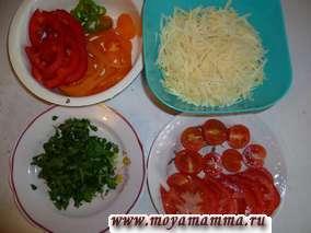 помидоры нарезать кружочками (помидоры черри разрезать пополам), лук порезать полукольцами и пассеровать, перцы порезать кольцами, маслины разрезать пополам, сыр натереть на крупной терке.