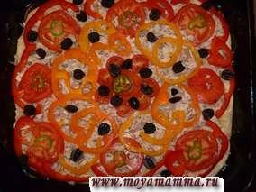 Раскладываем перец, помидоры и маслины.
