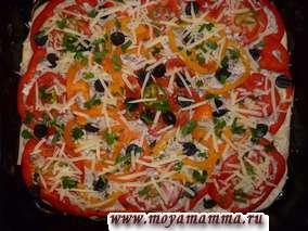 Сверху посыпаем пиццу сыром с петрушкой . Сбрызнем растительным маслом (2-3 столовые ложки). Разогреваем духовку до 210-220 градусов. Выпекаем пиццу в течение 25 минут.