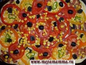На рыбу раскладываем перец, помидоры, маслины и кукурузу.