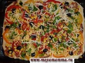 Сверху пиццу посыпаем сыром с петрушкой . Сбрызнем растительным маслом (2-3 столовые ложки). Разогреваем духовку до 210-220 градусов. Выпекаем пиццу в течение 25 минут.