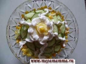 Салат из курицы с кукурузой, свежим огурцом, яйцом