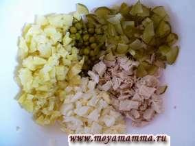 Курицу отварить, разделать на филе и порезать кусочками. Соленый огурец порезать четвертинками. Яйца почистить и нарезать небольшими кусочками.Картофель отварить в кожуре, почистить, нарезать маленькими кусочками.
