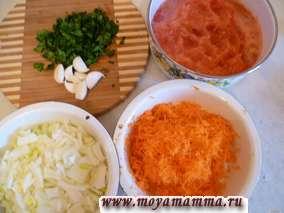 Готовим соус для курицы. Помидоры натереть на крупной терке без кожуры, морковь натереть на мелкой или средней терке. Лук и петрушку нарезать мелко.