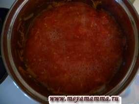 Выливаем натертые помидоры. Когда закипит, то добавляем соль и перец по вкусу. Готовим в течение 15 минут на медленном огне. Добавляем чеснок, пропущенный через чеснокодавку либо мелко порезанный.