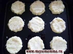 На смазанный растительным маслом противень раскладываем ложкой картофельное пюре. Руками разравниваем лепешечки при помощи муки. Толщина лепешечек 1 см.