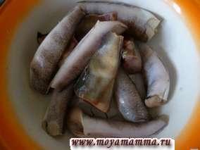 Рыбу почистить, помыть, нарезать кусками и посолить