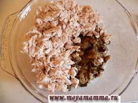 Филе курицы нарезать кусочками и сложить в кастрюлю (либо другую форму) для запекания в духовке.