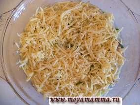 Сыр натереть на крупной терке. Половину сыра можно перемешать с курицей и грибами. А оставшимся сыром посыпаем сверху.