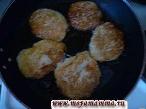 Драники (картофельные оладьи) получаются нежными и вкусными, особенно если кушать их со сметаной.