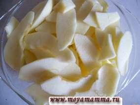 Яблоки для начинки очистить от кожуры и семян.