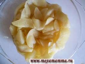 яблоки с сахаром готовились в микроволновой печи в течение 8 минут.