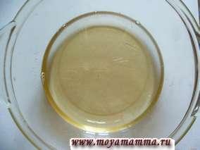 Готовим сахарный сироп. В микроволновке сироп готовится в течение 7 минут. Остужаем сахарный сироп до комнатной температуры. Добавляем растительное масло и размешиваем.