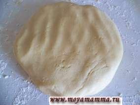 Постные коржики сахарные. Раскатываем тесто толщиной не менее 6 мм.